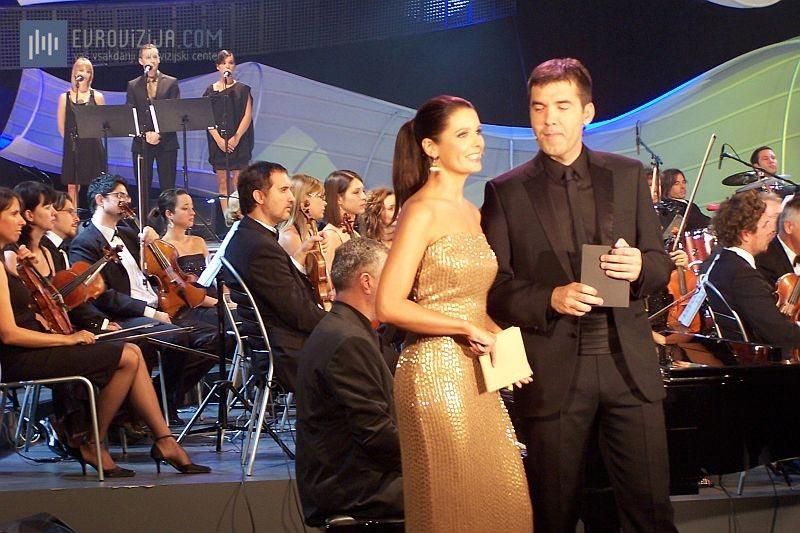 Voditelja popevke 2009 - Mario Galunič in Bernarda Žarn. (Foto: Alesh Maatko)