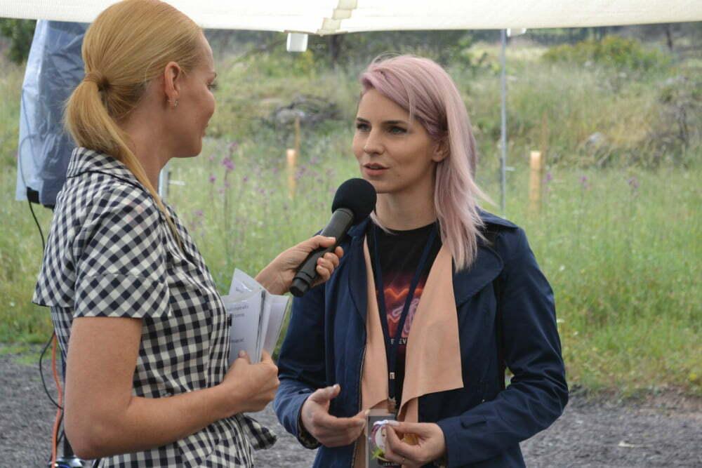 Na zanimiva ESC vprašanja je odgovarača tudi naša Lea Sirk. (Foto: Alesh Maatko)