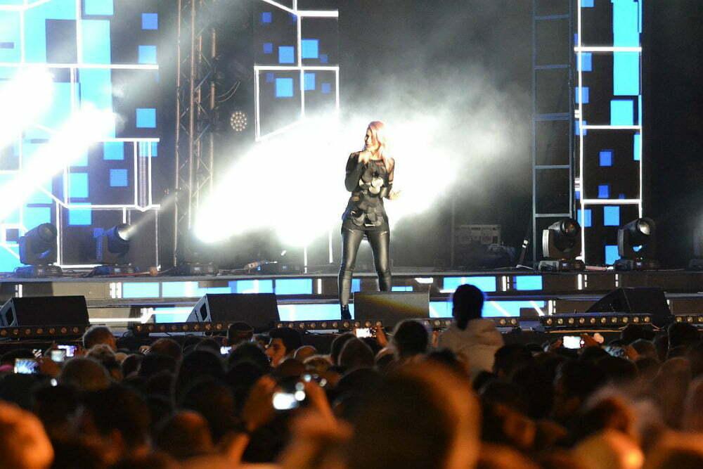 Lea Sirk na velikem koncertu na trgu Rabin. (Foto: Alesh Maatko)