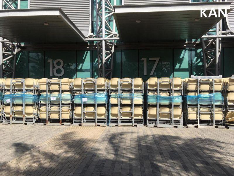 Zunaj že čakajo stoli za dvorano ... (Foto: KAN)